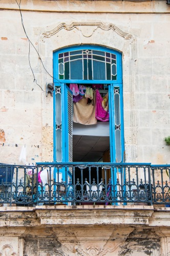 CUBA 2016-01-13 (01) HAVANA - STREET SCENE - LAUNDRY OVERLOOKING CATHEDRAL SQUARE (64)-1